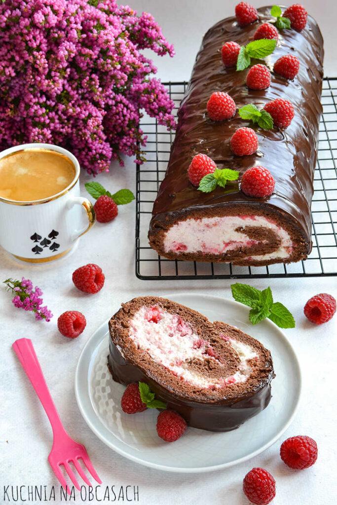 czekoladowa-rolada-biszkoptowa-z-bita-smietana-i-malinami-1_optimized
